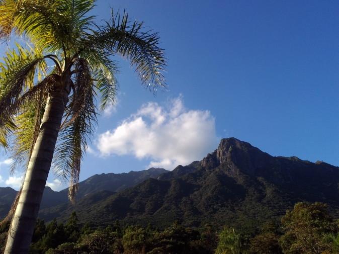 屋久島名山のひとつ、モッチョム岳。空が青い!